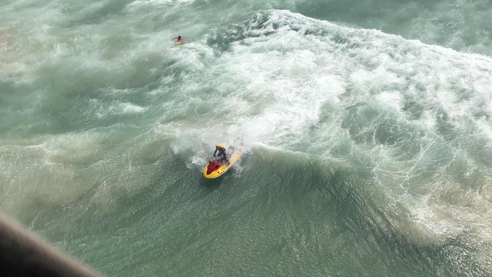 Motos aquáticas também foram usadas nos salvamentos realizados no litoral de SP — Foto: Divulgação/Grupamento de Bombeiros Marítimo