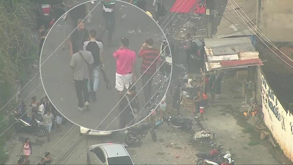 Homens carregam fuzis no Complexo do Chapadão, no Rio — Foto: Reprodução/ TV Globo