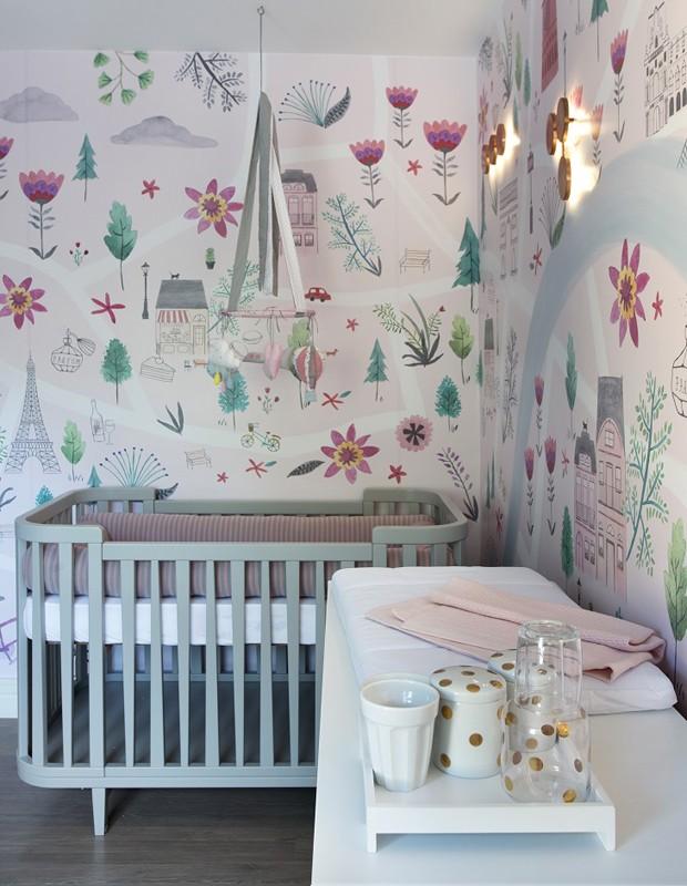 Na paleta de cores, predomina o cinza e o rosa, com toque colorido do papel de parede (Foto: Juliana Coutinho/Divulgação)