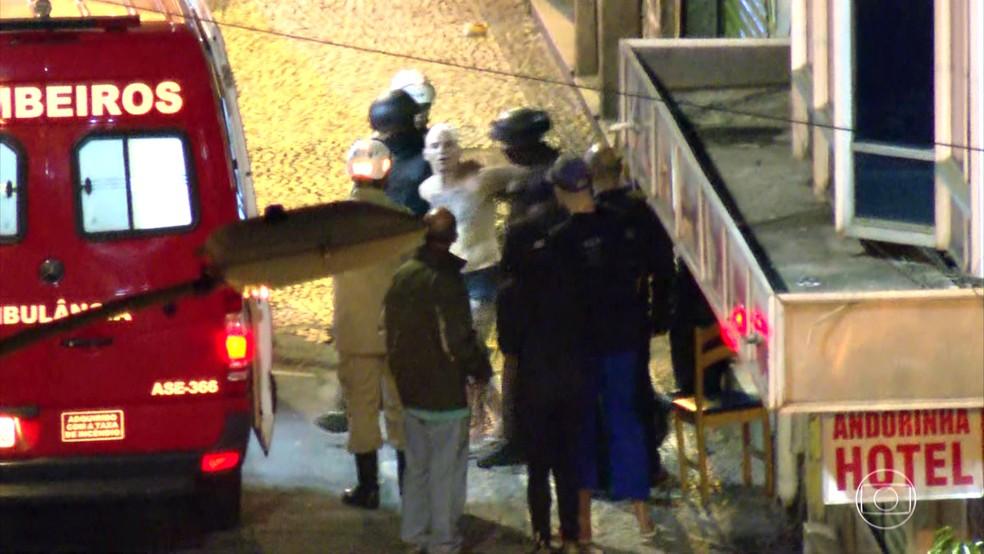Danilo, imobilizado, é levado para uma ambulância ao fim do sequestro — Foto: Reprodução/TV Globo