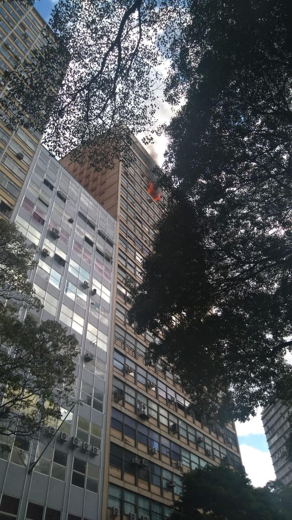 Fogo no Edifício Clemente Faria, em Belo Horizonte — Foto: Reprodução/Globo