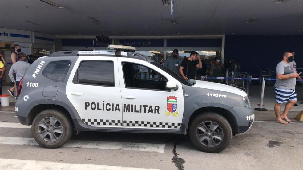 Viatura da Polícia Militar na frente do supermercado assaltado, na Zona Sul de Natal — Foto: Carlos Daniel/Inter TV Cabugi
