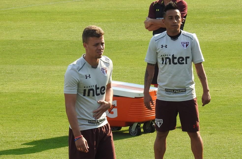 Lucas Fernandes (esq.) vai ganhar a vaga de Cueva no time titular do São Paulo (Foto: Marcelo Hazan)