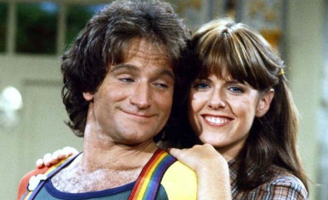 Robin Williams e Pam Dawber em cena da série Mork and Mindy (Foto: Reprodução)