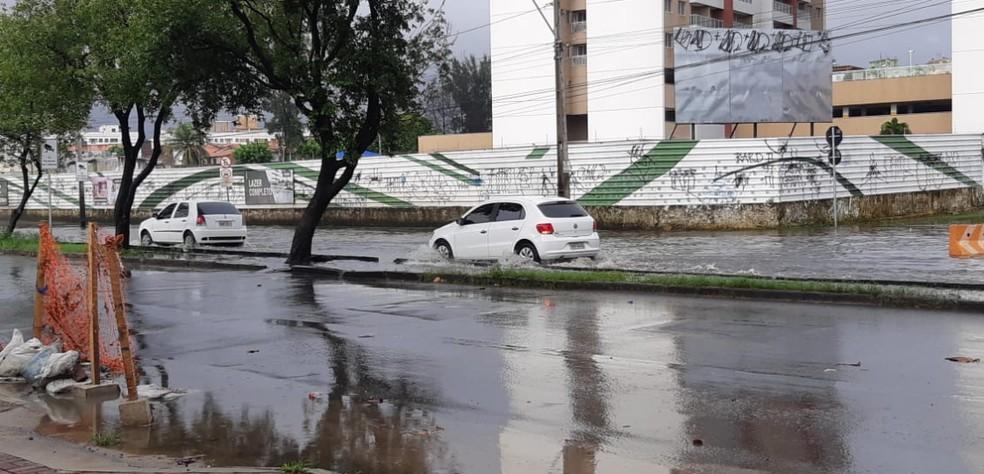 Rápida chuva deixou algumas avenidas alagadas. Um dos pontos foi na Avenida José Bastos. — Foto: Leábem Monteiro/Sistema Verdes Mares