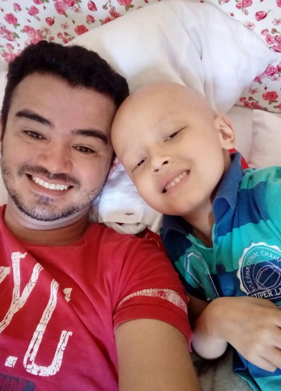 Silas e o pai, Abimael, no começo do tratamento contra leucemia, há cerca de um ano (Foto: Abimael Lima/Arquivo pessoal)