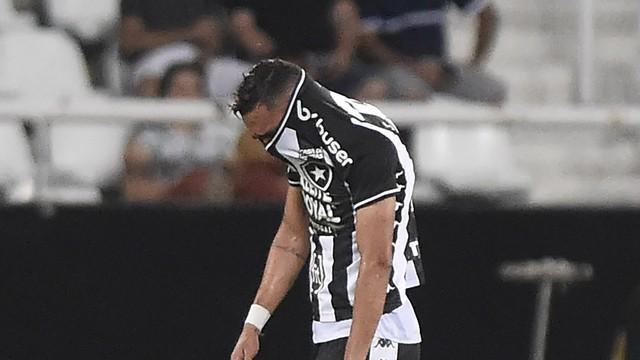Luiz Fernando, do Botafogo, chora após ser expulso contra o Flamengo