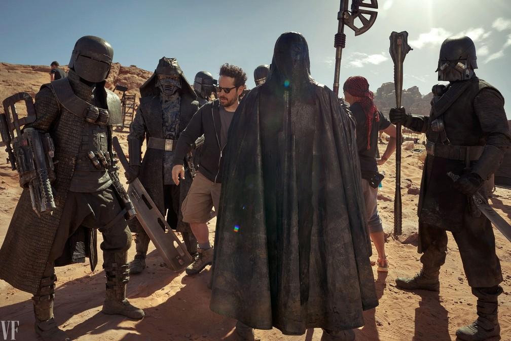 O diretor J. J. Abrams (ao centro) comanda gravação com os Cavaleiros de Ren em foto da 'Vanity Fair' — Foto: Annie Leibovitz/Vanity Fair
