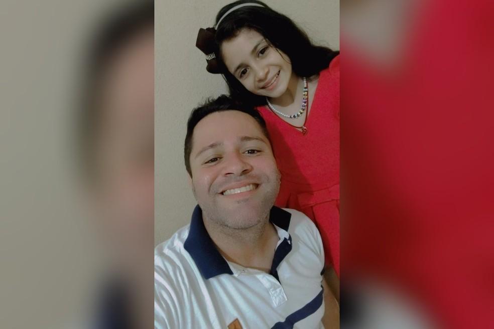 A mini humorista Agatha e o pai Raimundo Cardoso, em Fortaleza. — Foto: Arquivo pessoal
