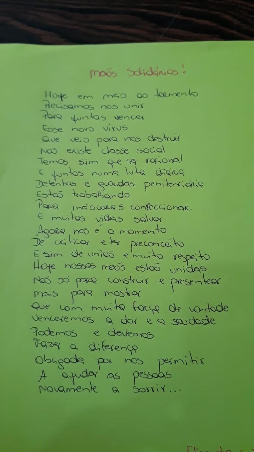 Detenta escreve poesia sobre o trabalho da produção de máscaras — Foto: Lidiane Mallmann/O Informativo do Vale