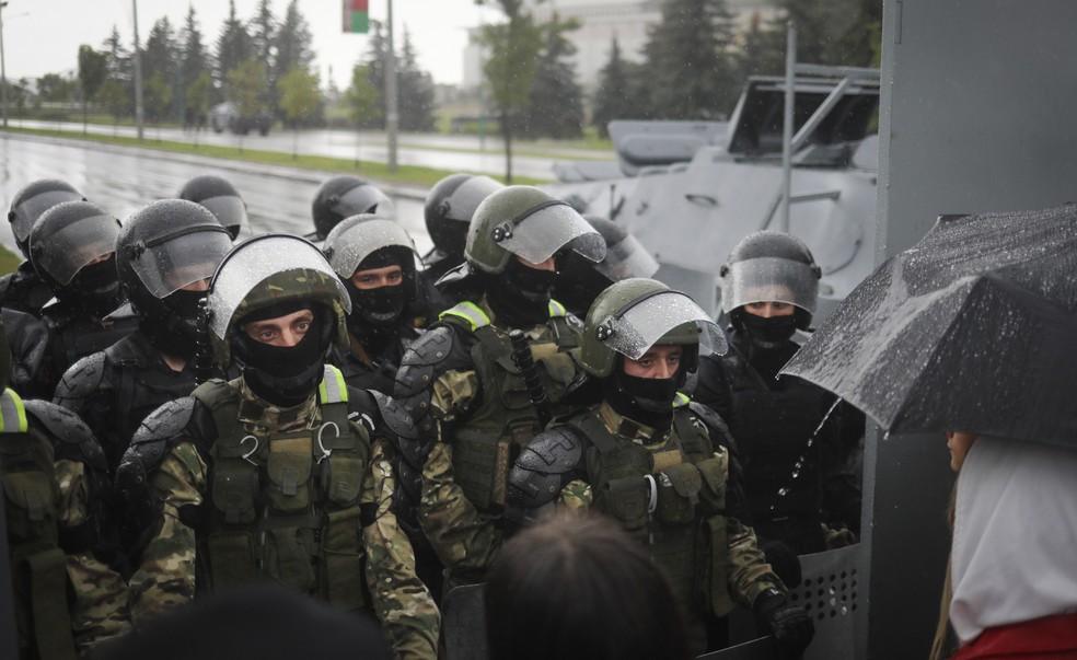 Policiais são acusados de reprimir manifestação contra o governo de Belarus. — Foto: Associated Press