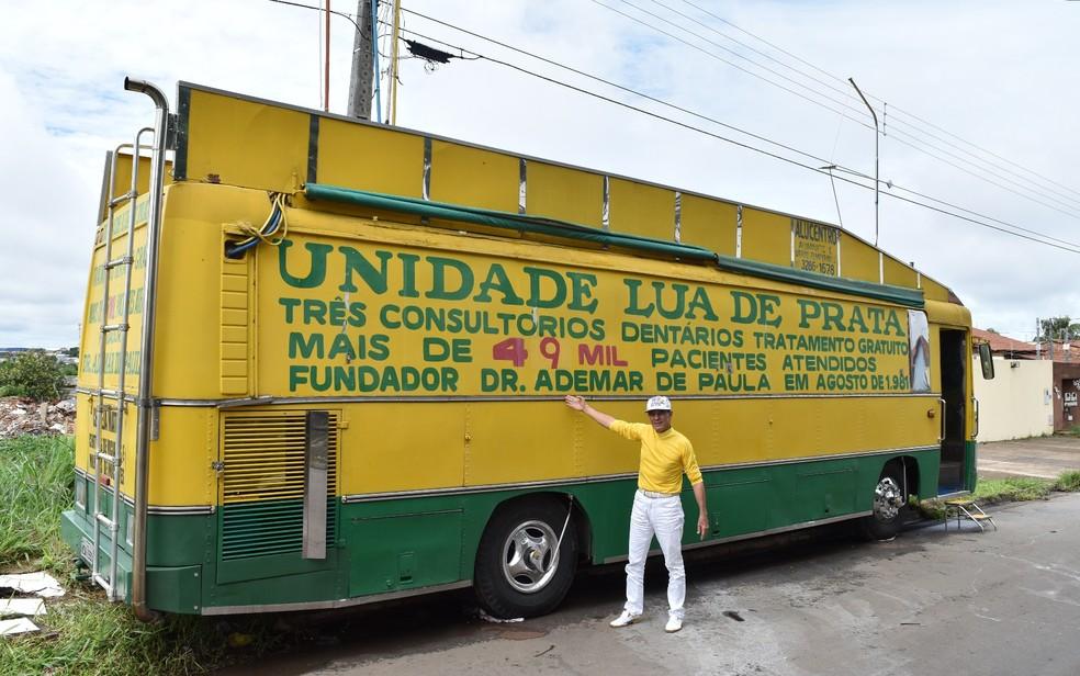 Consultórios odontológicos foram montados em ônibus para atender gratuitamente a população (Foto: Vitor Santana/G1)