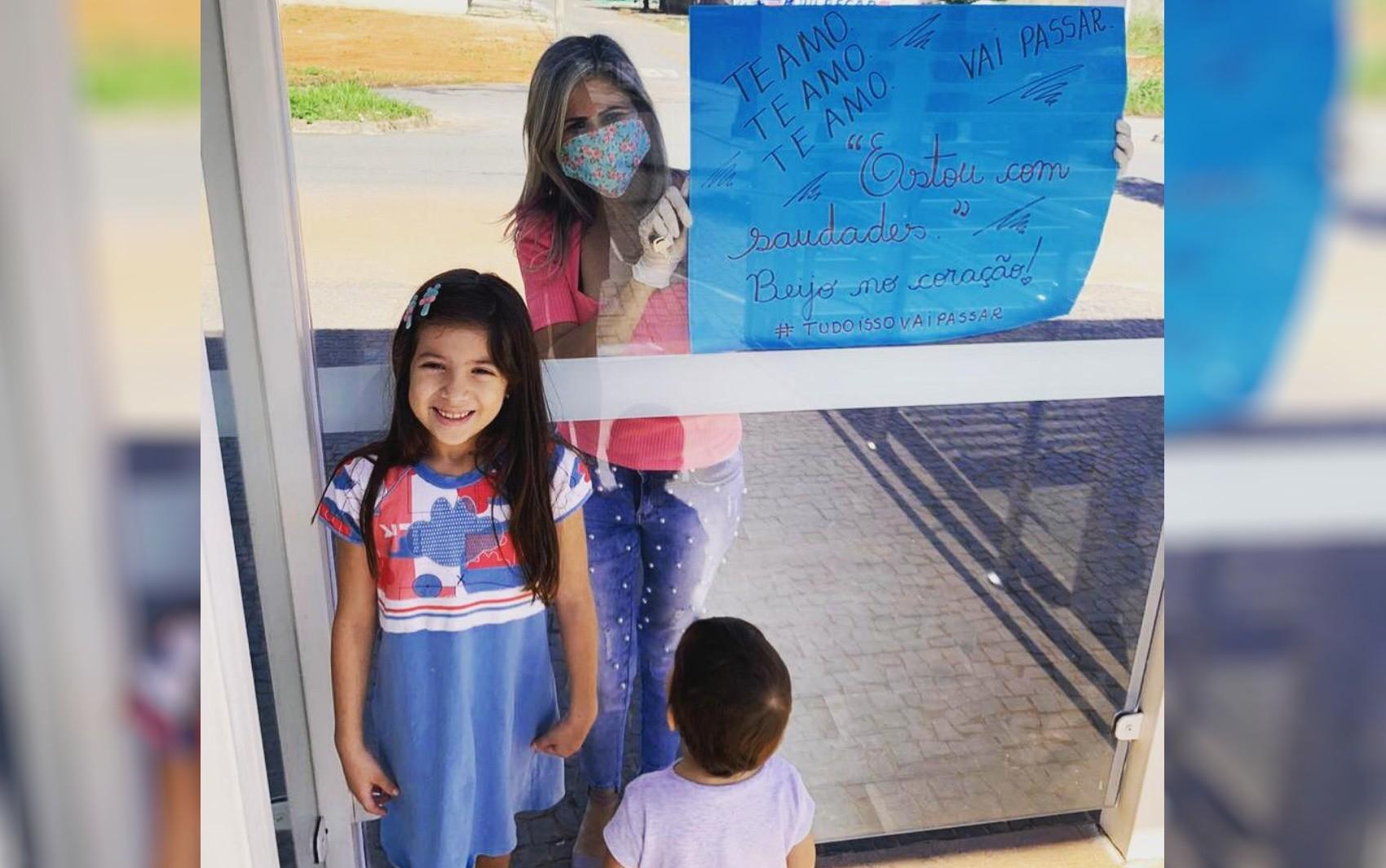 Professoras levam cartazes e homenageiam alunos na porta de suas casas, na Região Metropolitana de Goiânia