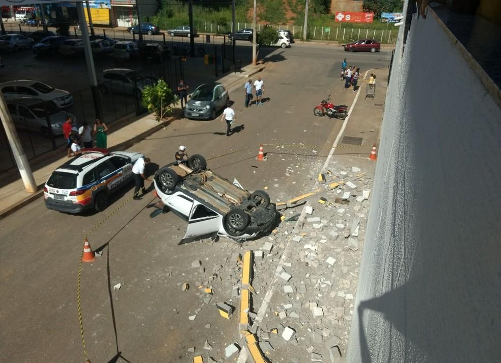 Carro caiu do segundo andar do estacionamento (Foto: Marcos Vinicius Ribeiro/Arquivo Pessoal)