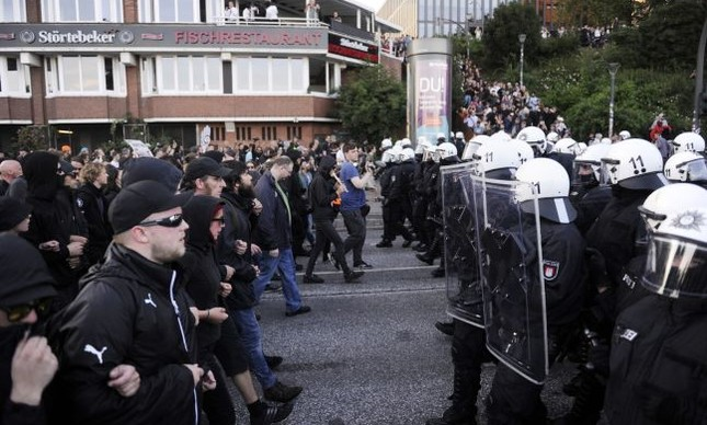 Manifestantes contrários ao G20 e policiais se enfrentam, Hamburgo, Alemanha (Foto: Steffi Loos / AFP)