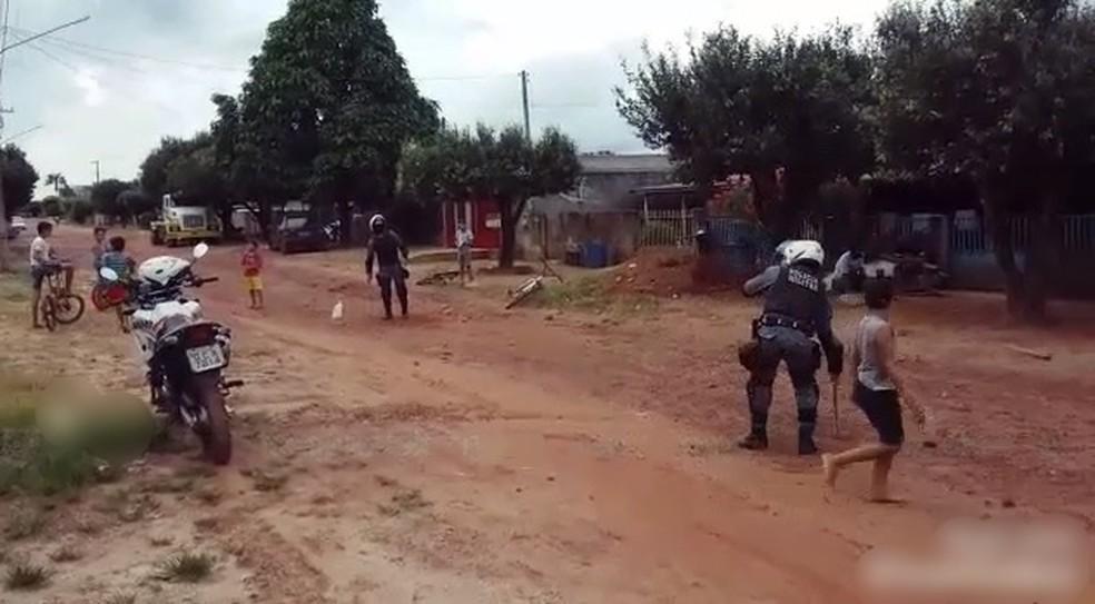 Policiais brincam com crianças em MT. — Foto: PM-MT