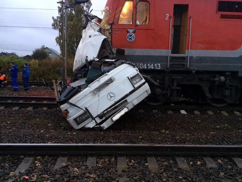 Uma foto divulgada pelo Ministério do Interior da Rússia mostra o local de uma colisão depois que um trem bateu em um ônibus de passageiros em um cruzamento perto da cidade de Vladimir, a 110 quilômetros ao leste da capital Moscou. Ao menos 19 pessoas morreram no acidente, anunciaram as autoridades (Foto: Ministério do Interior da Rússia/via AFP)