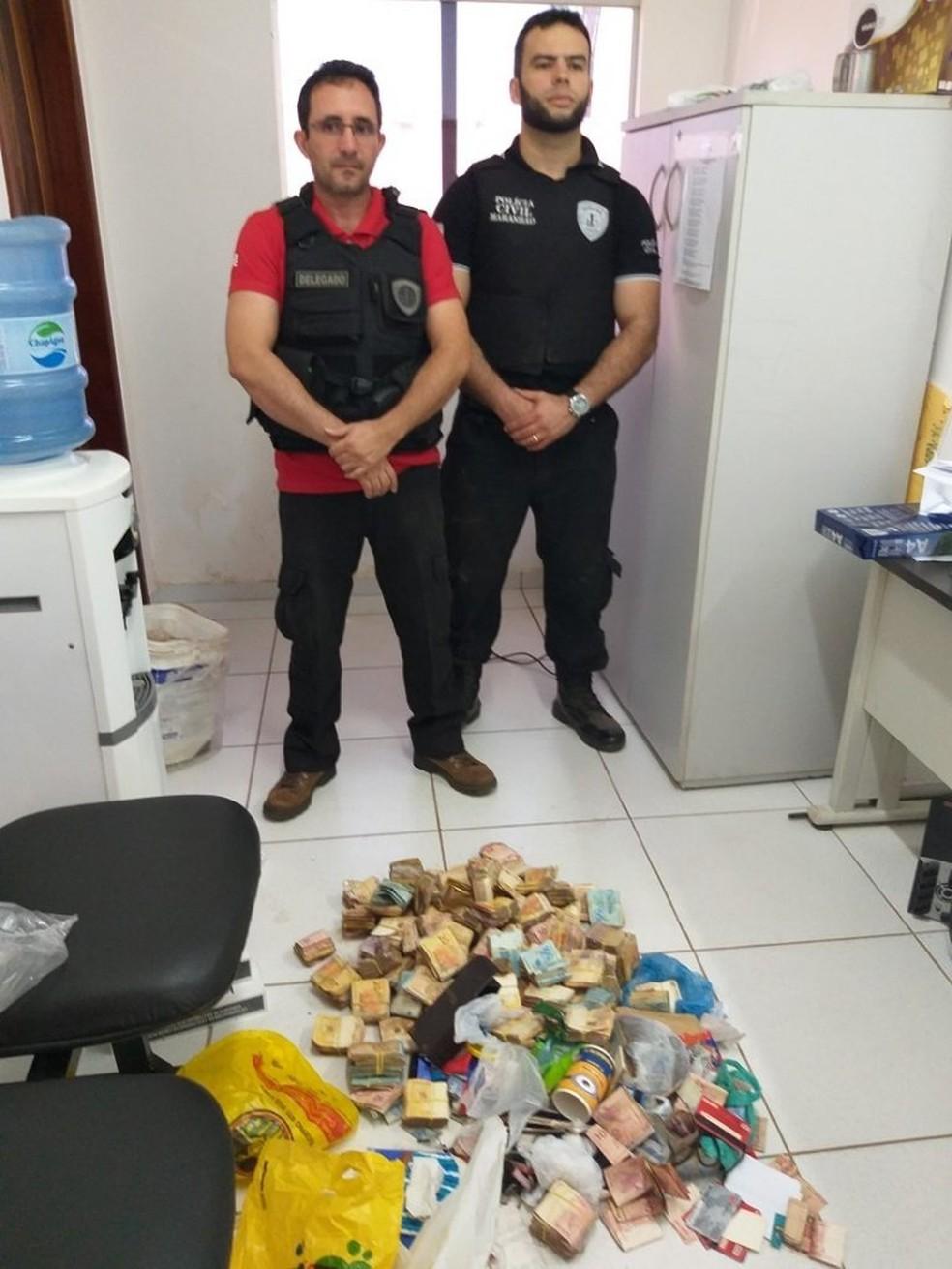 Segundo a polícia, dinheiro apreendido pertencia a traficantes de drogas em Coroatá — Foto: Divulgação/Polícia Civil