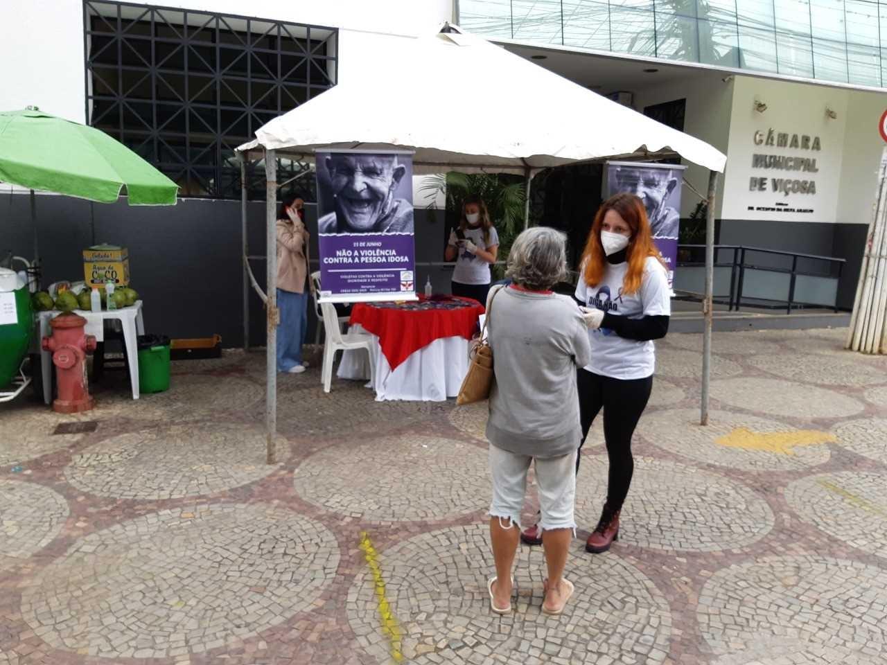 Ação conscientiza sobre violência contra pessoa idosa em Viçosa