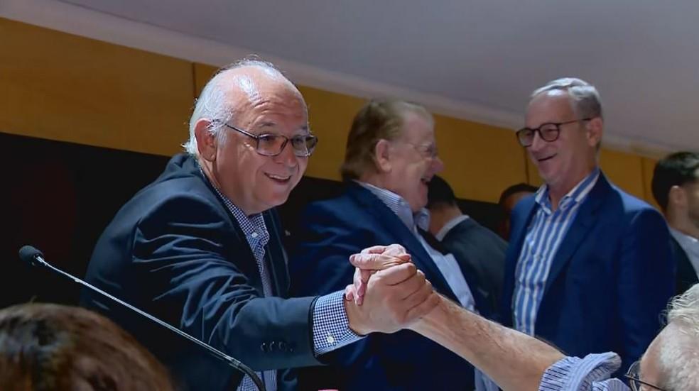 Presidente é cumprimentado após reeleição — Foto: Reprodução / RBS TV