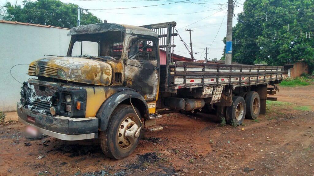 Caminhão fica destruído após pegar fogo em Campo Grande