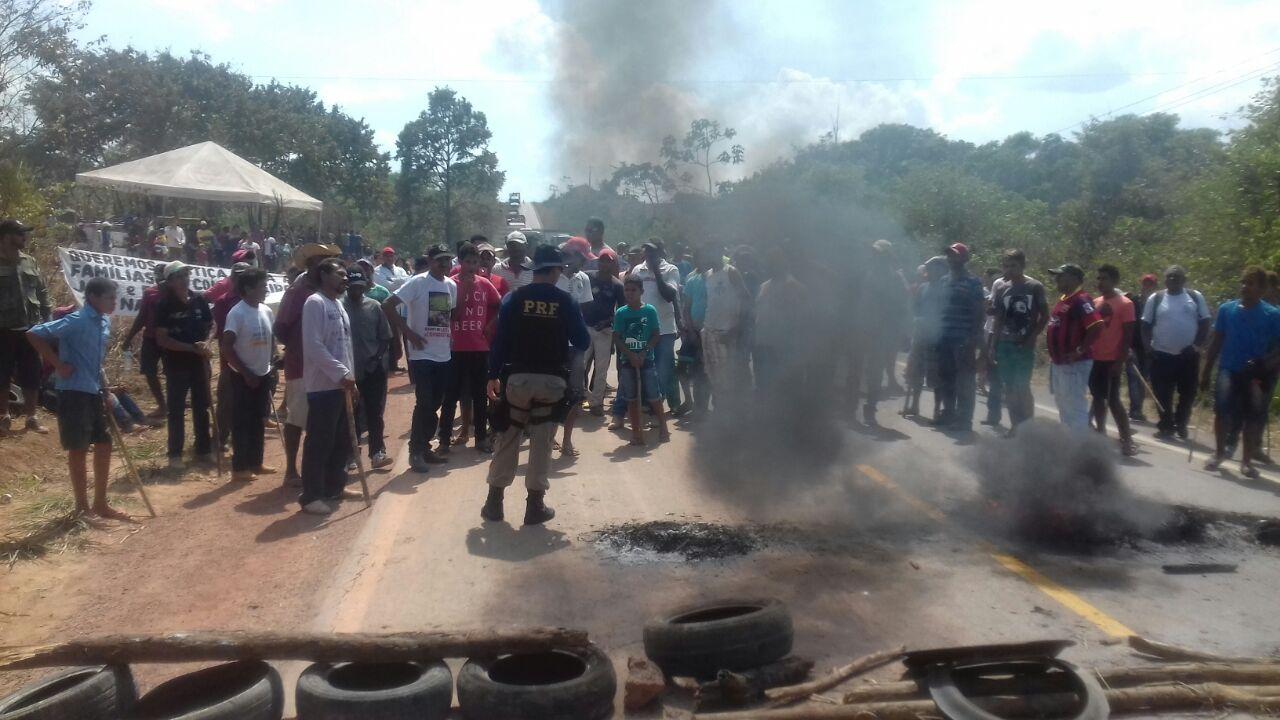 Integrantes do MST boqueiam BR-222 no município de Bom Jesus do Tocantins