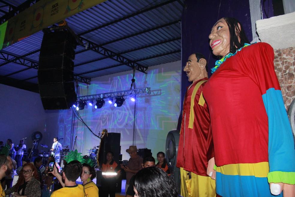 Bloco Cauxi Eletrizado, inspirado em evento que acontece em Pernambuco, usou bonecos gigantes como referência ao estado — Foto: Rickardo Marques/G1 AM