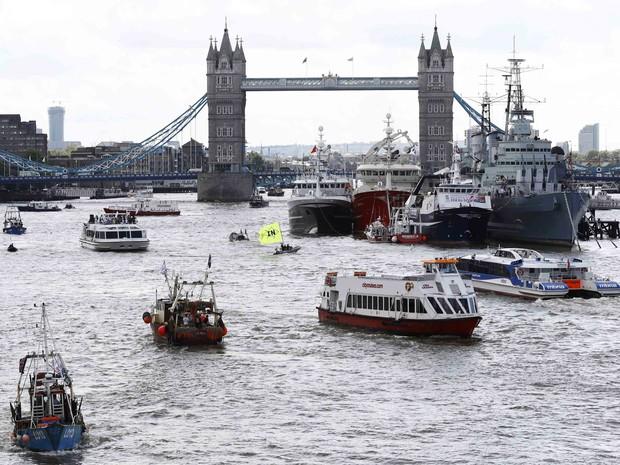 Barcos fazem protesto em favor da permanência do Reino Unido na União Europeia em meio a manifestação de uma frota de navios de pesca que se manifestam pela saída do bloco (Foto: Stefan Wermuth / Reuters)