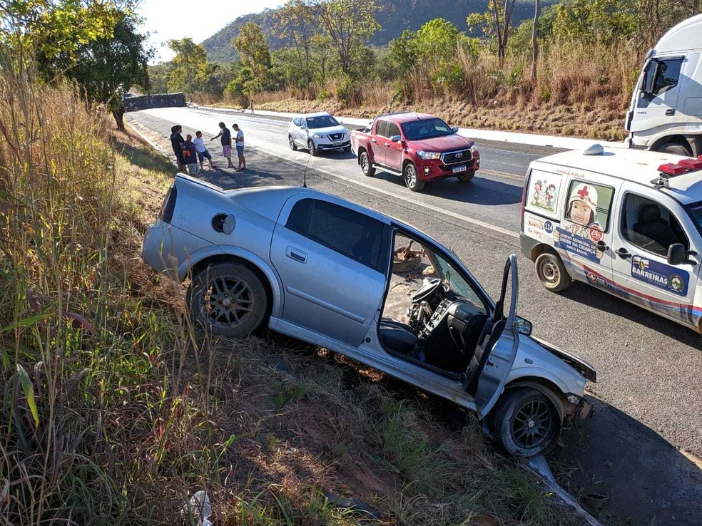 Tanto o motorista do carro, quanto o da carreta, que estava carregada com móveis pré-moldados, foram encaminhados para o Hospital do Oeste (HO).  — Foto: Blog do Braga