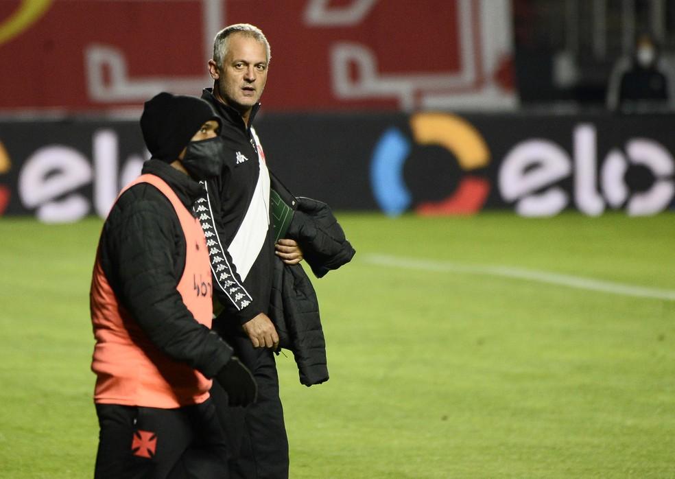 Lisca observa Juninho em recente jogo do Vasco — Foto: Marcos Ribolli