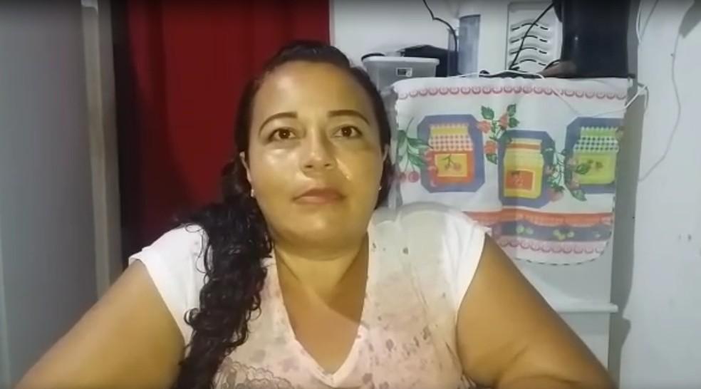 Salésia tem ajudado filhos e aprova aulas pelos rádios — Foto: Cedida