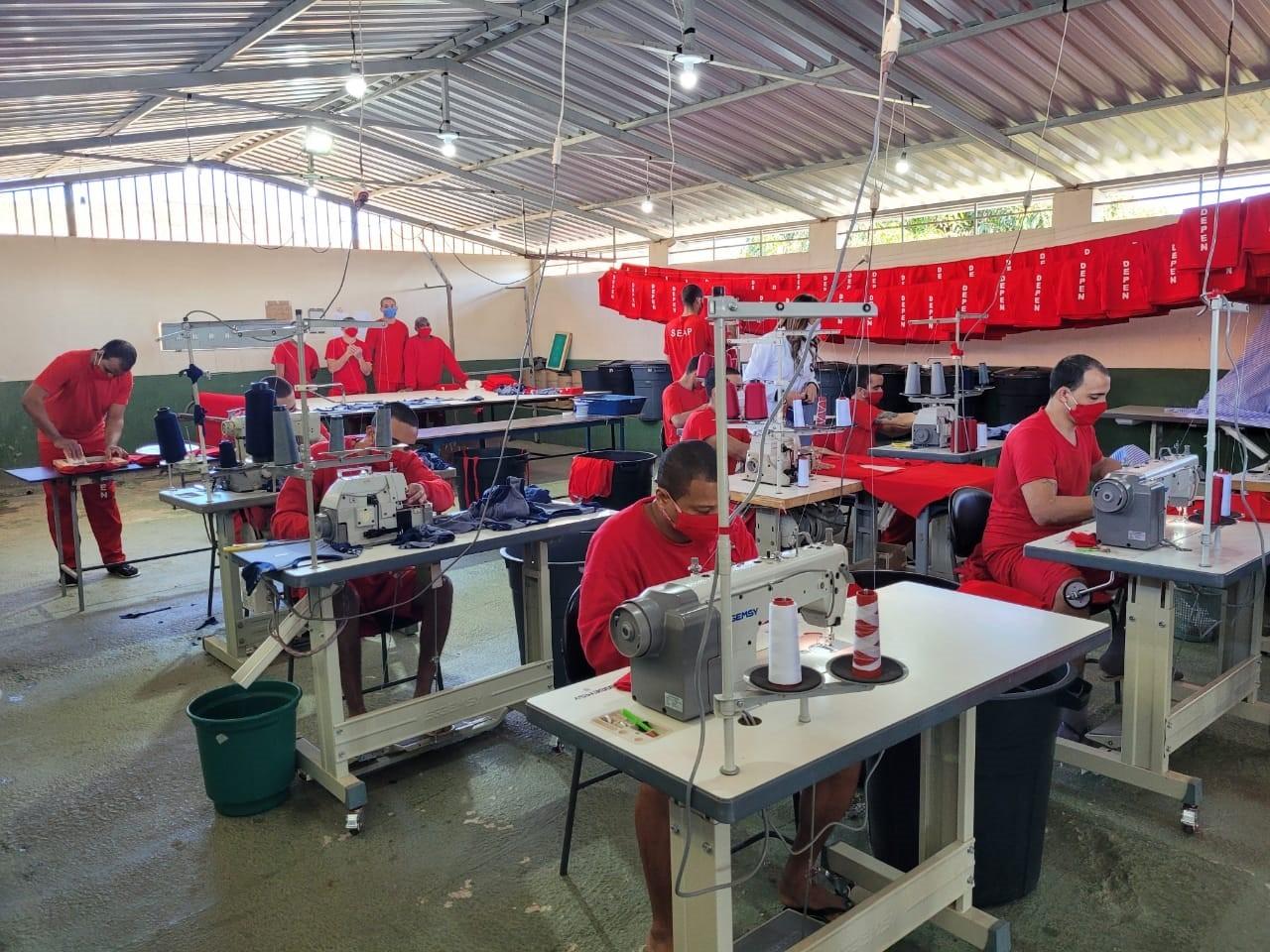 Detentos do presídio de Viçosa produzem uniformes para unidades prisionais de MG e escolas municipais