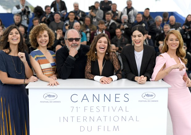 "CANNES, FRANCE - MAY 14:  (L-R) Flora Diegues, Marina Provenzano, director Carlos Diegues, Bruna Linzmeyer, Luiza Mariani and Mariana Ximenes attend the photocall for ""The Great Mystical Circus (O Grande Circo Mistico)"" during the 71st annual Cannes Film  (Foto: Getty Images)"