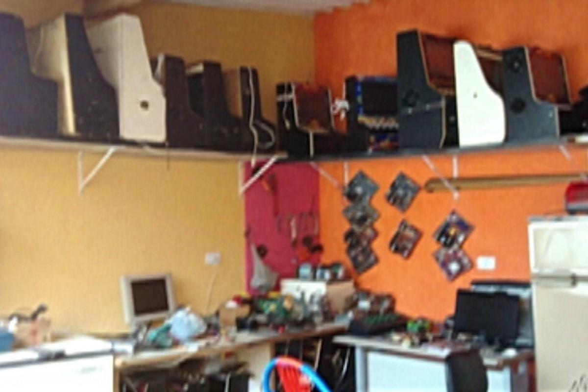 PM encontra caça-níqueis e arma em casa em Itaquaquecetuba