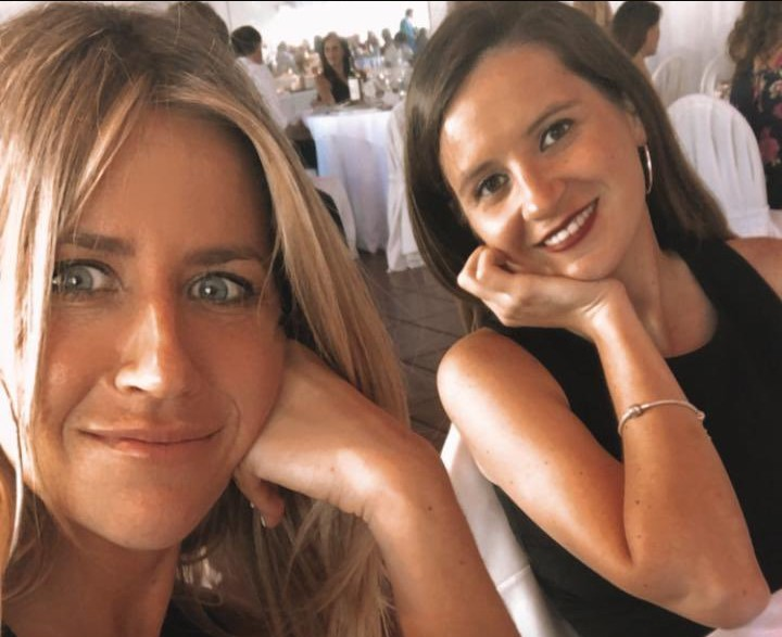 Jennifer Aniston de origen argentino, Florence Trosero con una amiga en la boda de su prima (foto: Twitter)