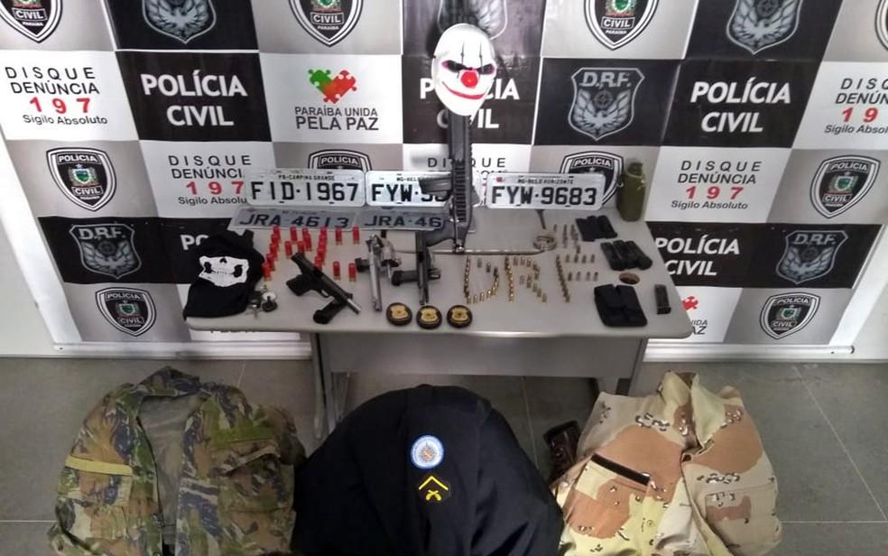 Policiais da Bahia foram presos na Paraíba com armas, munições, placas e carro. — Foto: Victor Melo/Polícia Civil