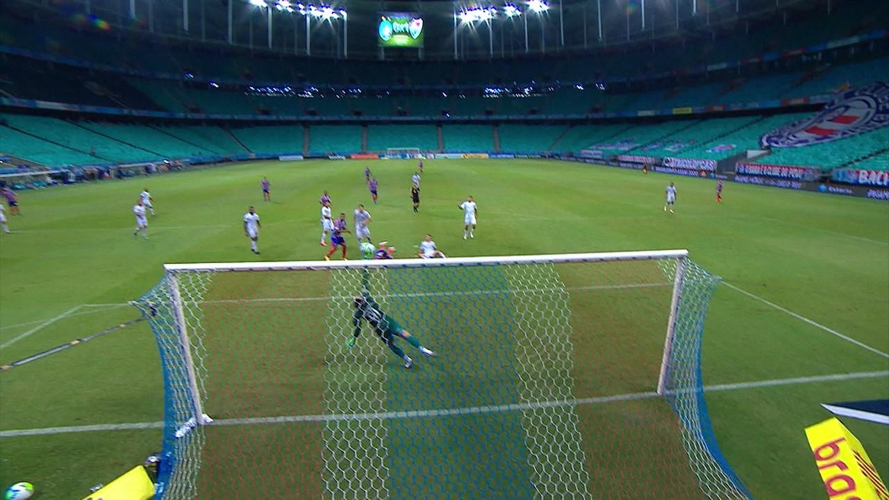 Marcos Felipe! Alesson recebe cruzamento na área de Gilberto, cabeceia e goleiro faz mais uma grande defesa, aos 48 do 2º