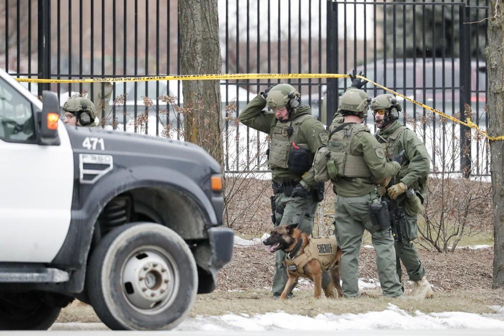 Policiais isolam área ao redor de cervejaria em Milwaukee, nos EUA, após chacina deixar mortos nesta quarta-feira (26) — Foto: Morry Gash/AP Photo