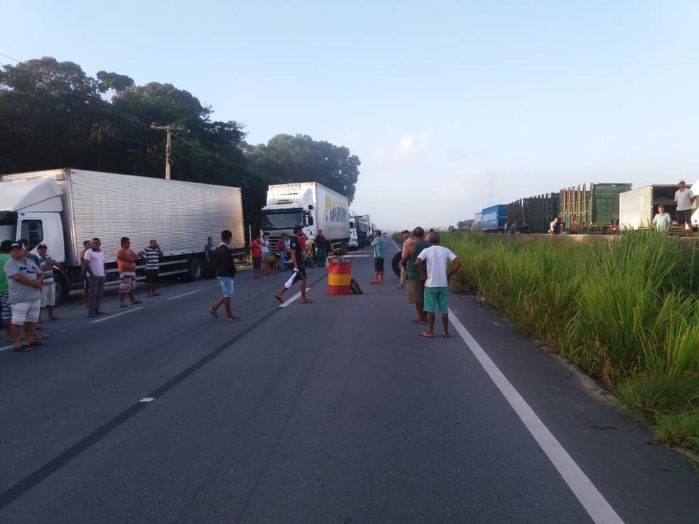 Protesto de caminhoneiros chega ao quinto dia consecutivo em Alagoas (Foto: Heliana Gonçalves/TV Gazeta)