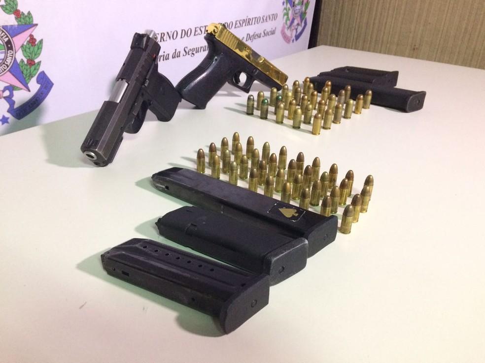 Material apreendido pela polícia junto a criminosos (Foto: Kaique Dias/ CBN Vitória)