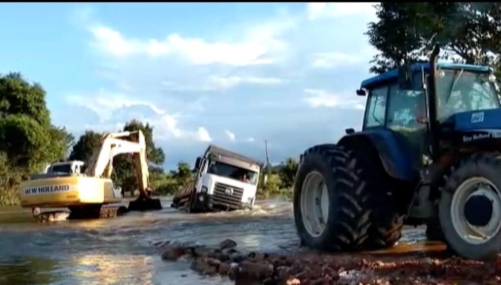 Estradas sem asfalto são prejudicadas no período de chuva — Foto: TVCA/Reprodução