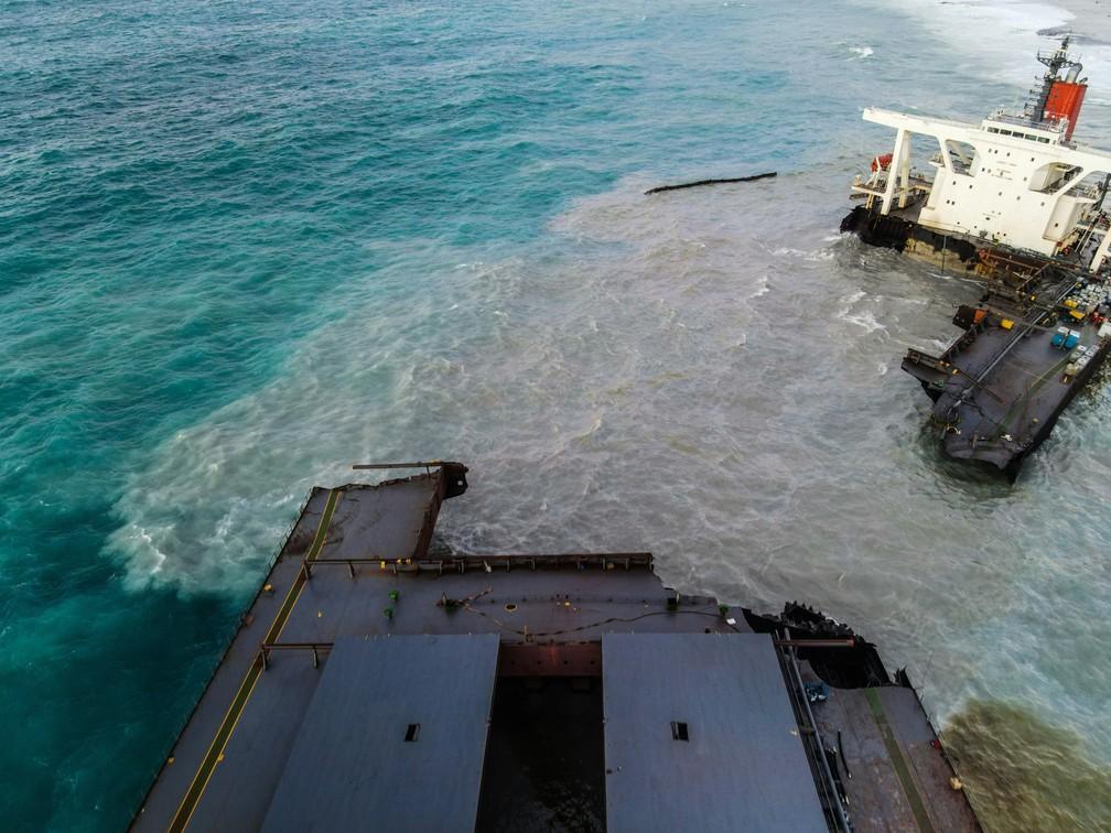 O navio MV Wakashio é visto após se partir em duas partes perto do Blue Bay Marine Park, nas Ilhas Maurício, no sábado (15) — Foto: AFP