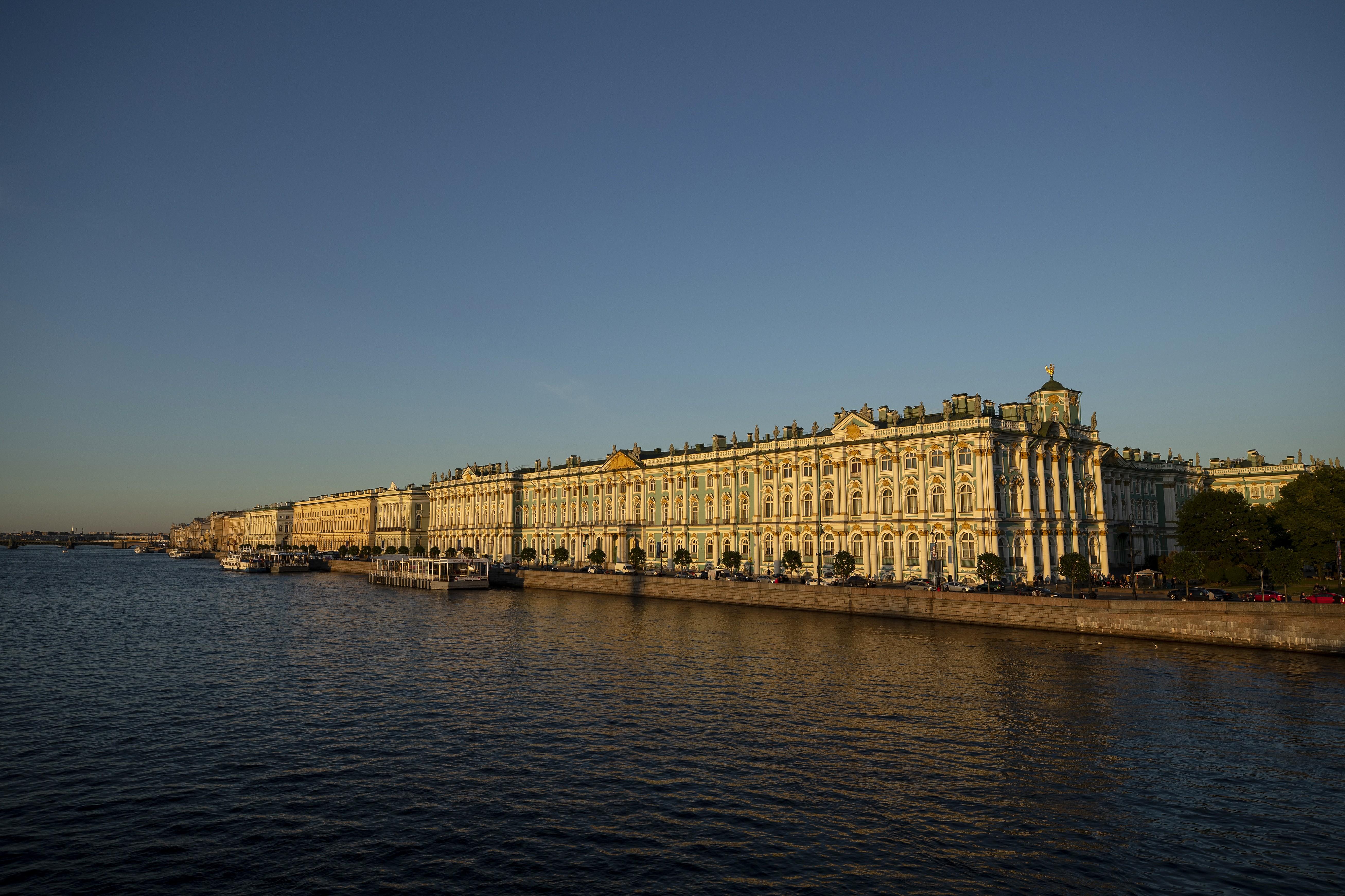O museu Hermitage é localizado em  São Petersburgo, às margens do rio Neva (Foto: Getty Images)