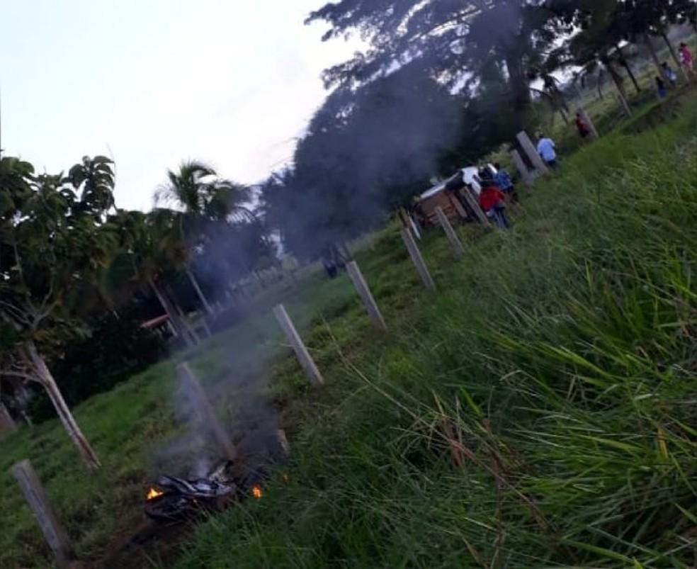 Moto pegou fogo após a colisão. — Foto: Machadinho Online/Reprodução