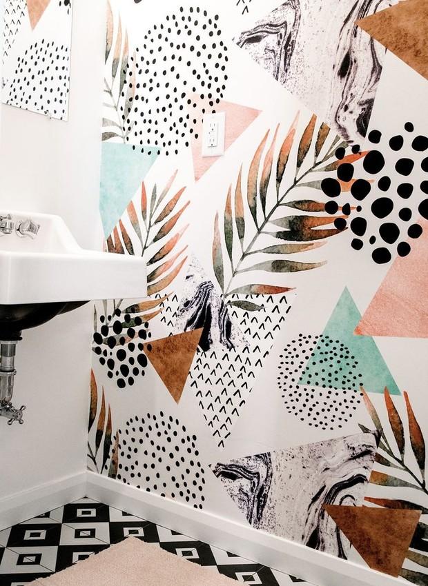 No lavabo, a pintura irregular do papel de parede traz diferentes padrões e cores. É possível trazer o mesmo clima com a pintura feita à mão (Foto: Reprodução Pinterest)