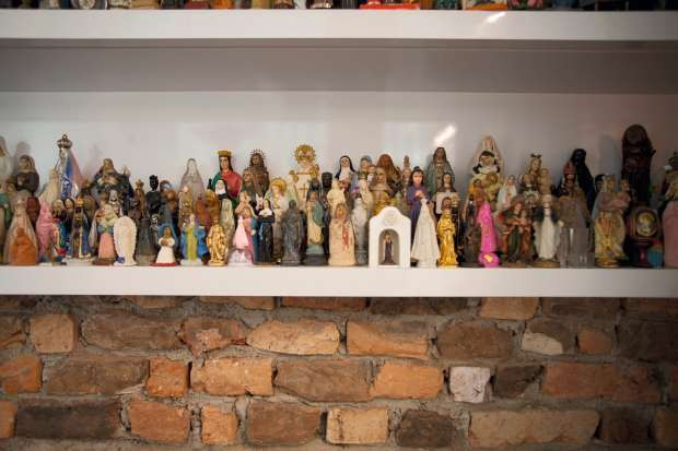 Coleção de santas ganhou um nicho sob medida logo na entrada do apartamento (Foto: Marco Antonio/Editora Globo)