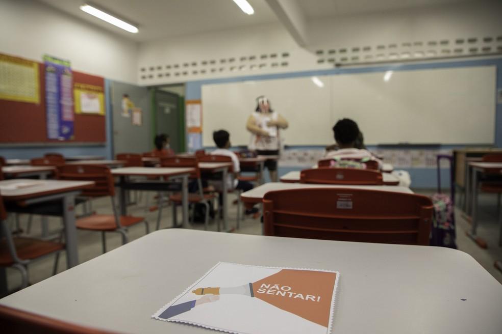 Movimentação de alunos e professores na Escola Estadual Raul Antônio Fragoso, na Vila Pirituba, Zona Norte de São Paulo, na manhã desta segunda-feira (8) — Foto: Bruno Rocha/Enquadrar/Estadão Conteúdo