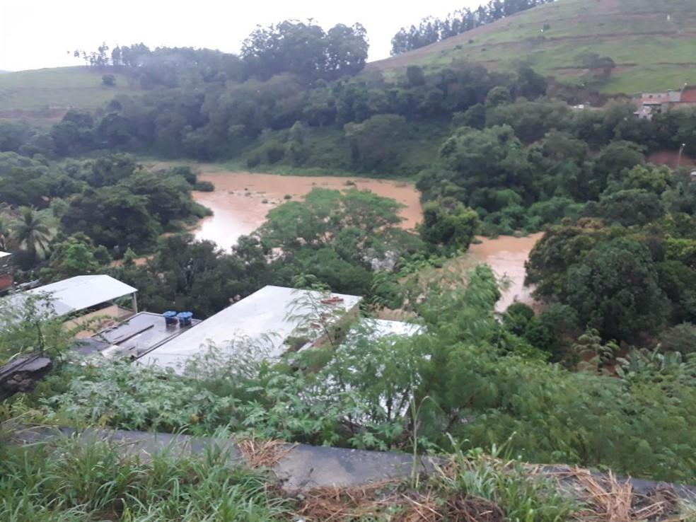 Rio Muriaé chegou a 3,49 metros na madrugada de segunda (12). De acordo com monitoramento, nesta manhã, volume registra queda do volume de 7 centímetros por hora.  (Foto: Prefeitura de Muriaé/Divulgação)