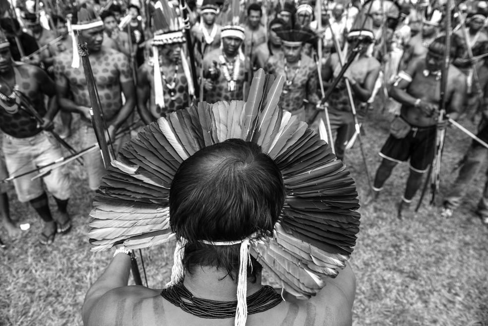 Cacique indígena conversa com membros da aldeia — Foto: Mobilização Nacional Indígena/Divulgação