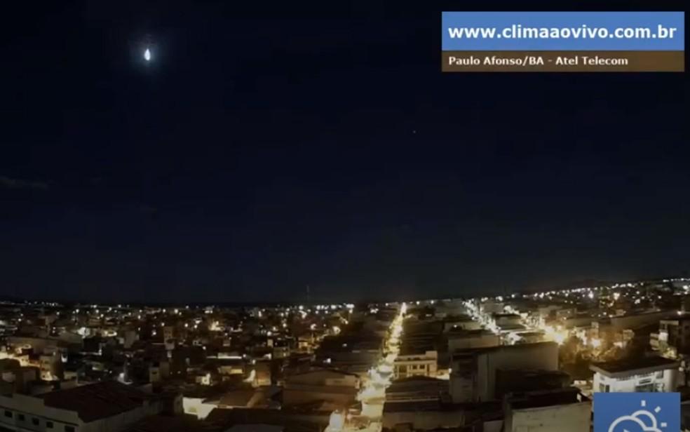 Meteoro é visto em Paulo Afonso, norte da Bahia — Foto: Reprodução/Youtube/climaaovivo.com.br/Bramon
